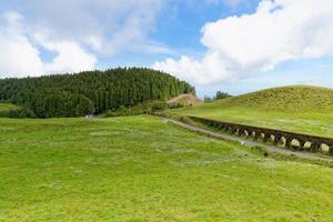 een oud aquaduct op het eiland Sao Miguel