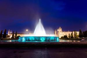 klooster van de hieronymites en fontein 's nachts foto