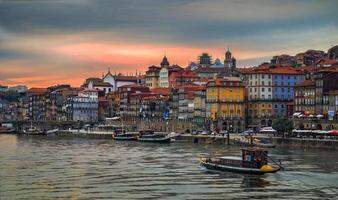 historisch centrum van porto bij zonsondergang