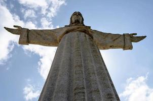 het cristo rei monument van jezus christus in lissabon foto