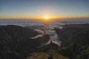 zonsopgang boven Madeira op de top van de berg Pico do Arieiro