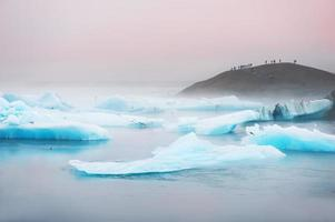 blauwe ijsbergen in de gletsjermeer Jokulsarlon.