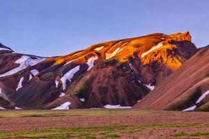 bergen bedekt met warm zonlicht foto