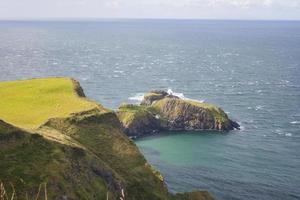zeegezicht bij de carrick a rede in Noord-Ierland