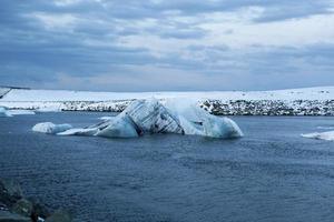 ijsblokken bij gletsjerlagune jokulsarlon, ijsland