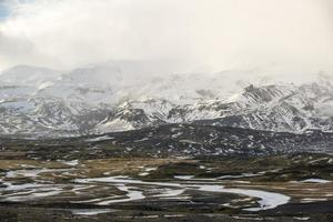 landschap met bergen en sneeuwstormwolken, winter, ijsland