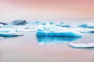 blauwe ijsbergen in de gletsjermeer Jokulsarlon
