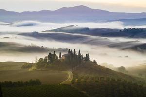 mooie, mistige ochtend in Toscane