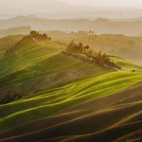 Toscaanse groene lente bij zonsondergang, Italië