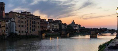 zonsondergang op de rivieroever van florence