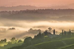 Toscaans dorpslandschap op een ochtend in juli
