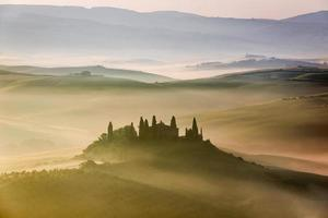 prachtige zonsopgang in san quirico d'orcia, toscane, italië foto