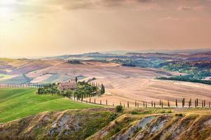 Toscaanse zomer op de velden in het prachtige uitzicht