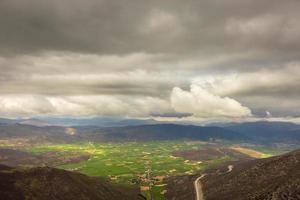 uitzicht op de vallei van norcia in een stormachtige ochtend