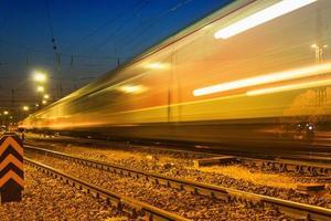 treinstation op een zomeravond
