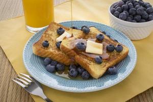 Franse toast met bosbessen en ahornsiroop
