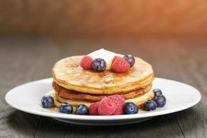 klassieke pannenkoeken met boterbessen en ahornsiroop