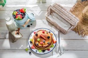 gezonde pannenkoeken met vers fruit als ontbijt