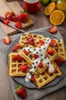 huisgemaakte wafels met ahornsiroop en aardbeien