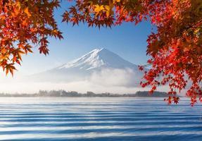 berg fuji met ochtendmist in de herfst foto
