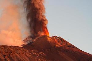 vulkaan etna produceert fontein van lava tijdens voortdurende uitbarsting.