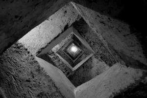 trap naar ondergrondse griekse aquaduct b & w foto