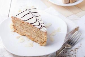 traditionele hongaarse esterhazy cake met koffiekopje en vintage ansichtkaarten