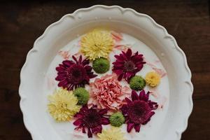 geassorteerde bloemen in melk