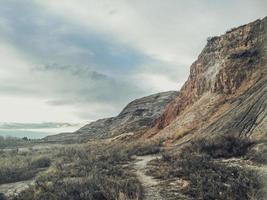 rotsachtig landschap klif dichtbij spoor