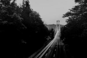 grijswaardenfotografie van voertuigen die overdag over de weg rijden foto