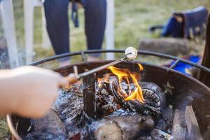 macro-opname van een marshmallow boven een vuurplaats