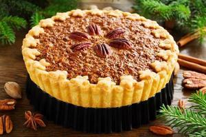 amerikaanse klassieke cake met pecannoten en ahornsiroop. foto