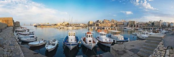 panorama van de haven in heraklion, kreta, griekenland