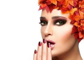herfst make-up en nail art trend. schoonheid mode meisje foto