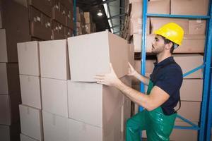 magazijnmedewerker laden van een pallet foto