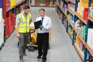 magazijnmedewerker in gesprek met zijn manager foto
