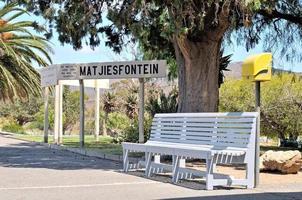bankje en bord op het station van Matjiesfontein