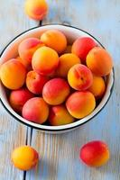 abrikozen op houten oppervlak foto