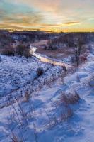 winter zonsopgang boven de vallei bedekt met sneeuw