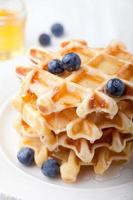 verse wafels met bosbessen, ahornsiroop ontbijttafel foto