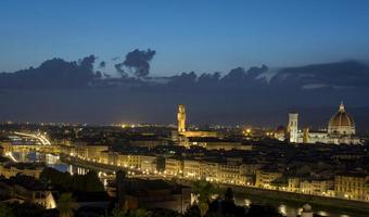 stad met 's nachts hoogbouw