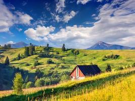 mooie zomerse landschap in het bergdorp
