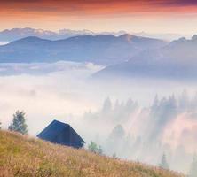 kleurrijke zomer zonsopgang in de mistige bergen
