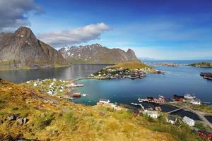 reine door fjord op de eilanden van de lofoten in noorwegen foto