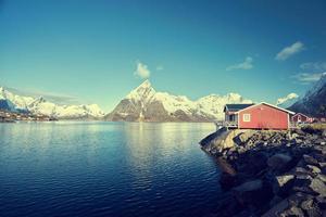 vissershut op lentedag - reine, lofoten-eilanden, noorwegen foto