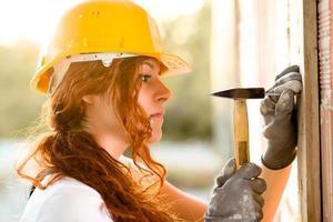 vrouw metselaar met hamer foto