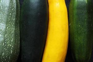vier soorten courgette close-up foto
