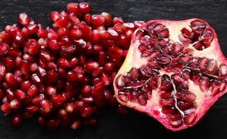 biologische granaatappel in tweeën gesneden foto