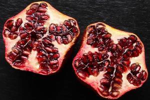 een biologische granaatappel in tweeën gesneden foto
