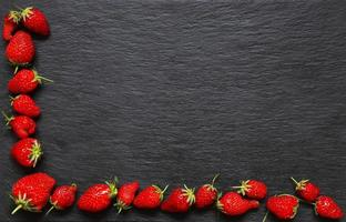aardbeien op leisteen achtergrond